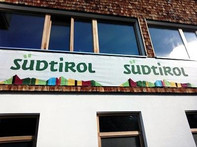 """Das Bild zeigt den Schriftzug """"Südtirol"""" - Botschaft: Starke Narrative sind im Regionalmarketing ein unschätzbarer Boost!"""