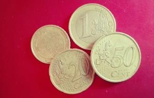 """Das Bild zeigt ein paar Münzen - Bildaussage: Im Menüpunkt """"Preise"""" braucht es klare Informationen und kein Geschwurbel!"""