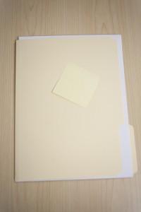 Das Bild zeigt eine Mappe und ein leeres Blatt - Symbolische Aussage: Marketing-Potenziale sollte man nicht einfach brach liegen lassen