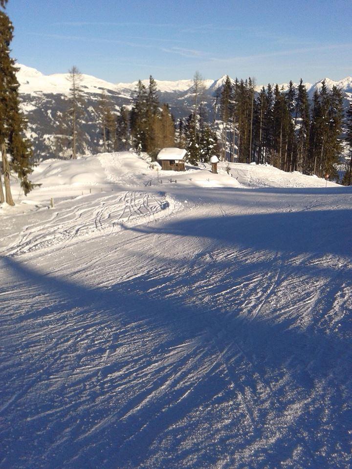 Das Bild zeigt eine Skipiste zum Skifahren - Auch am Ende der Wintersaison wollen viele Urlauber noch auf die Piste. Aktueller Content aus dem Bereich des Regionalmarketing können Sie für Ihr Hotelmarketing gut einsetzen. So machen Sie gute Werbung für Ihr Hotel.