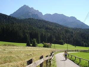 Das Bild zeigt den Drauradweg von Südtirol nach Lienz - Das Bild symbolisiert die Bedeutung der zielgruppenspezifisch richtigen Keywords auf unterschiedlichen Zielmärkten