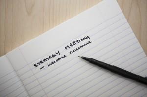 """Das Bild zeigt den Schriftzug """"Strategy Meeting"""" - Symbolische Bildaussage: das Ziel ist wichtiger als die (Hotel)Umgebung"""